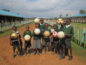 Alumnos con balones donados