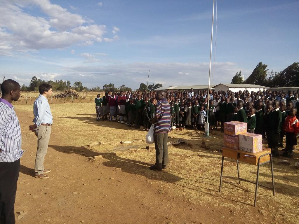 Los alumnos dando la bienvenida a la visita