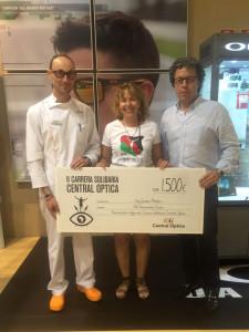 Daniel , Ana  y Alfonso en la entrega de la donación por Central Optica
