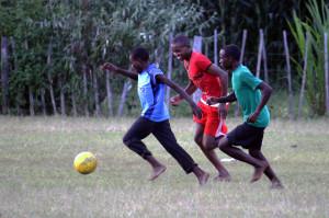 Varios jugadores pugnan por el balón