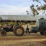 El tractor ha dejado de transportar agua para los estudiantes